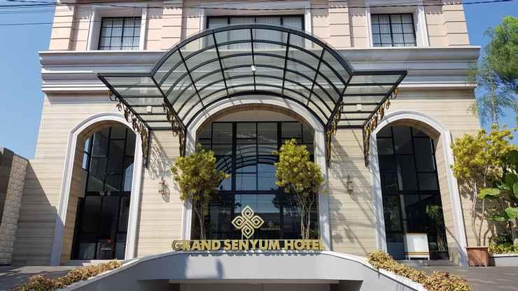 Grand Senyum Hotel, Tugu
