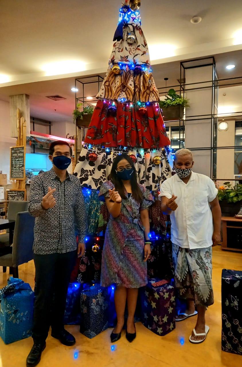 Gandeng Designer Ternama Surabaya, Quest Hotel Darmo Surabaya Kreasikan Pohon Natal dari Batik
