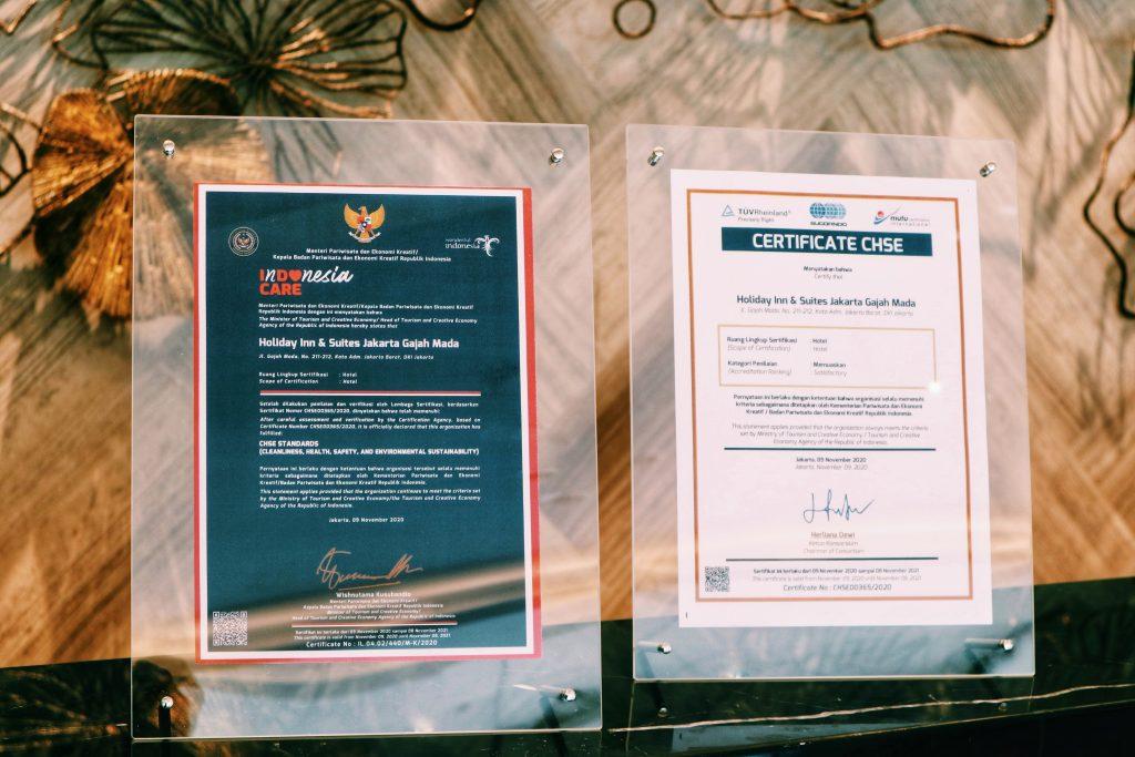 Sertifikat CHSE (Cleanliness, Health, Safety & Environment) dari Kementerian Pariwisata dan Ekonomi Kreatif guna menstimulasi pemulihan ekonomi nasional untuk Hotel Holiday Inn & Suites Jakarta Gajah Mada.