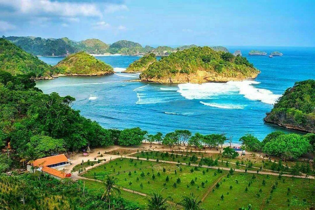 Santai di Pantai, 6 Pantai Di Malang Selatan Yang Wajib Dikunjungi!