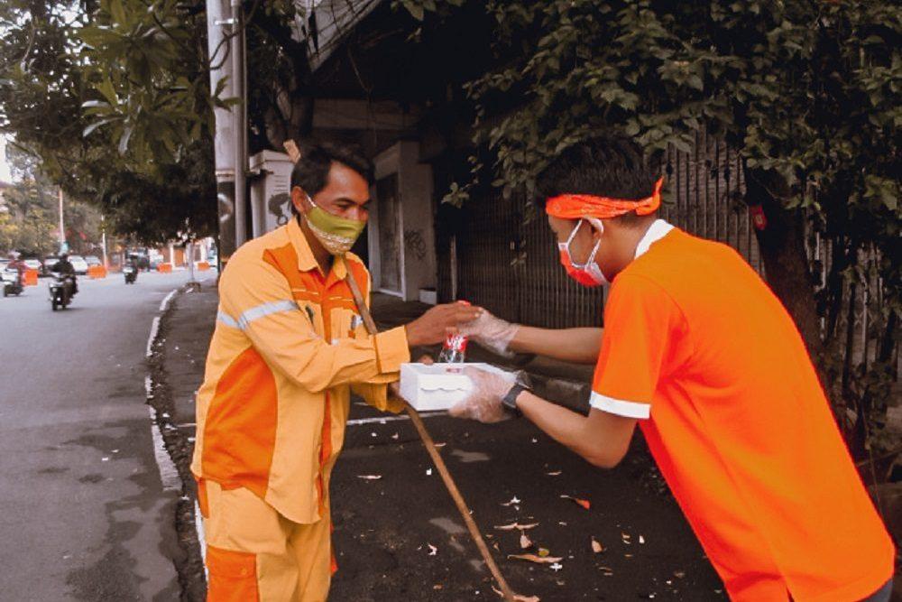 Rayakan HUT Ke-8,Harris Hotel Malang Bagikan Nasi Kotak