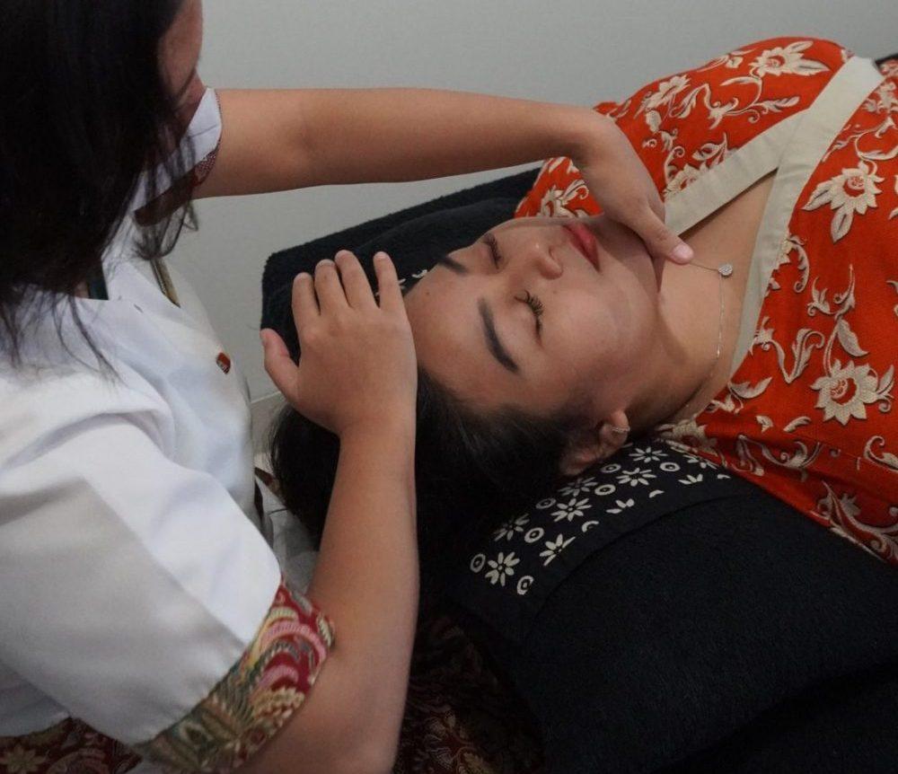 Relaxing face massage Dauni SPA ASTON INN GRESIK