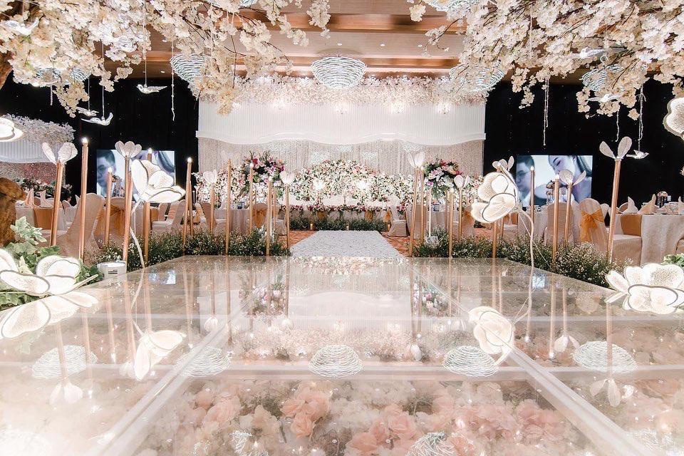 Pagelaran Akbar Pesta Pernikahaan di Grand Mercure Kemayoran dengan Konsep Luxury White