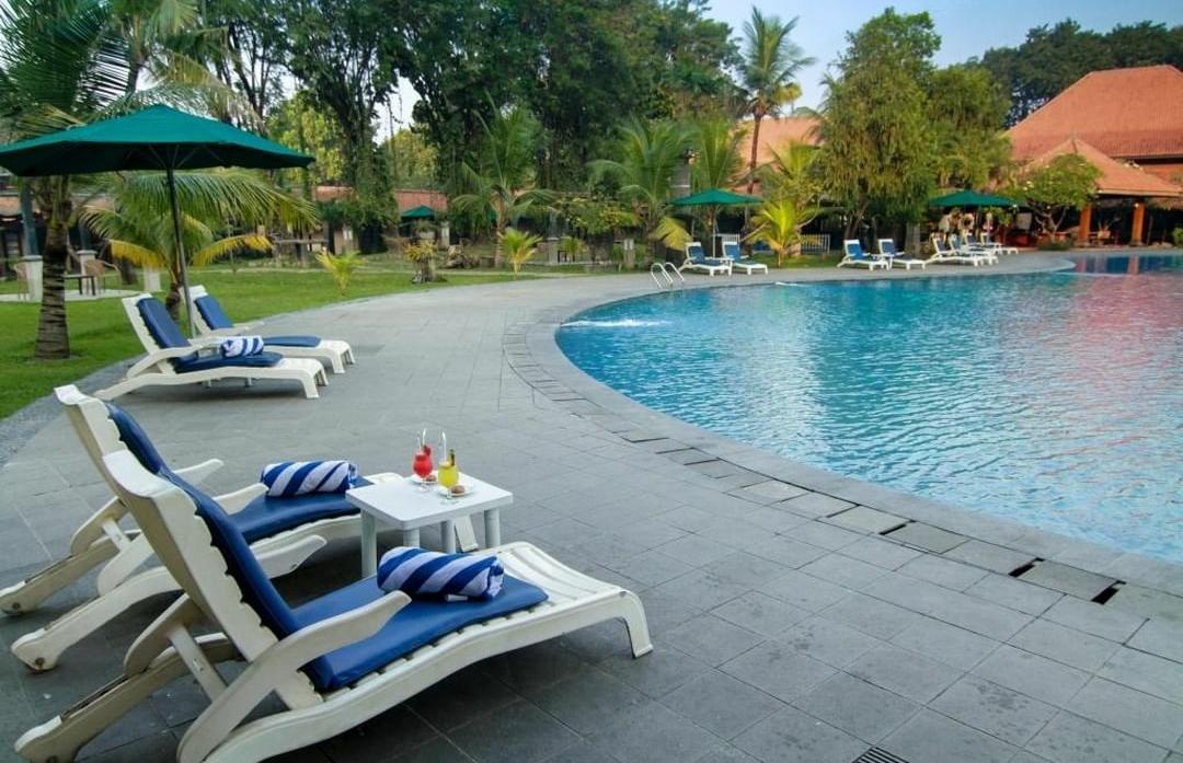 Fasilitas kolam renang di Singgasana Hotel