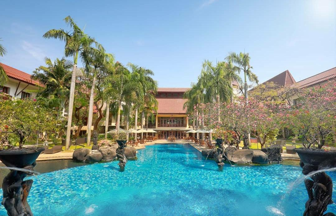 Fasilitas kolam renang di Novotel Surabaya