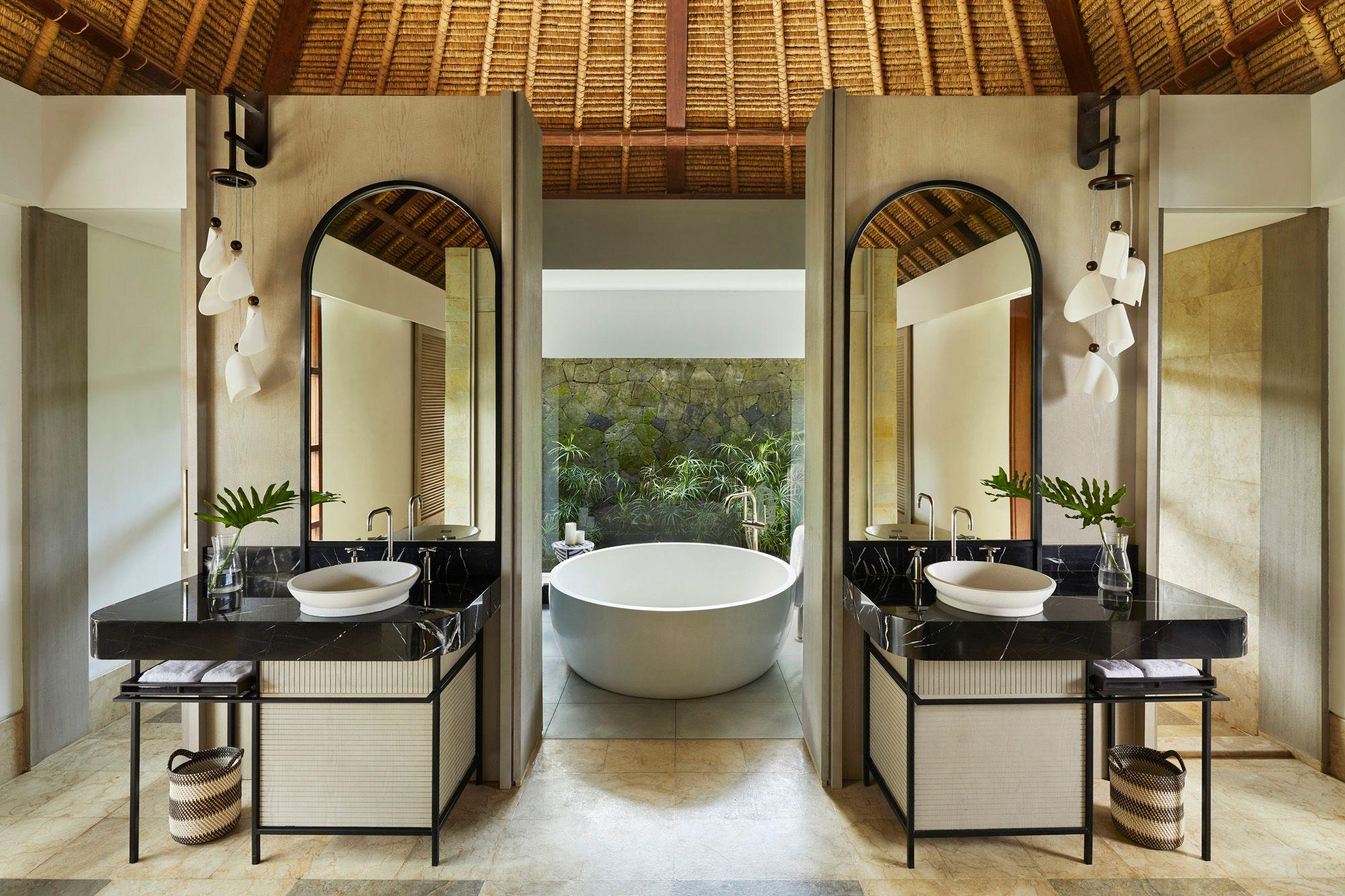 Bathroom yang luas di Kimpton Narata Bali