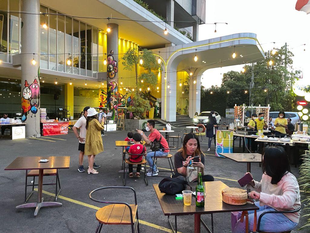 Nongkrong ala café di Wok n Tok Dine Out Yello Hotel Jemursari Surabaya