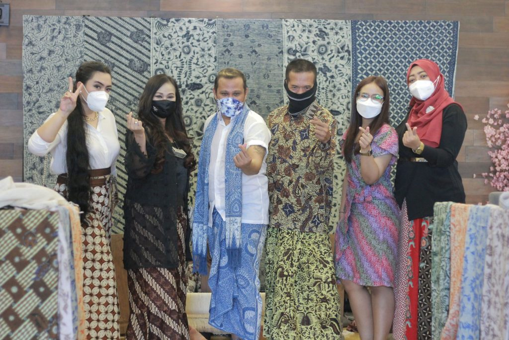 Sambut hari batik, Quest Hotel Darmo Kolaborasi Pengrajin Tuban dan Fashion Designer Kenamaan