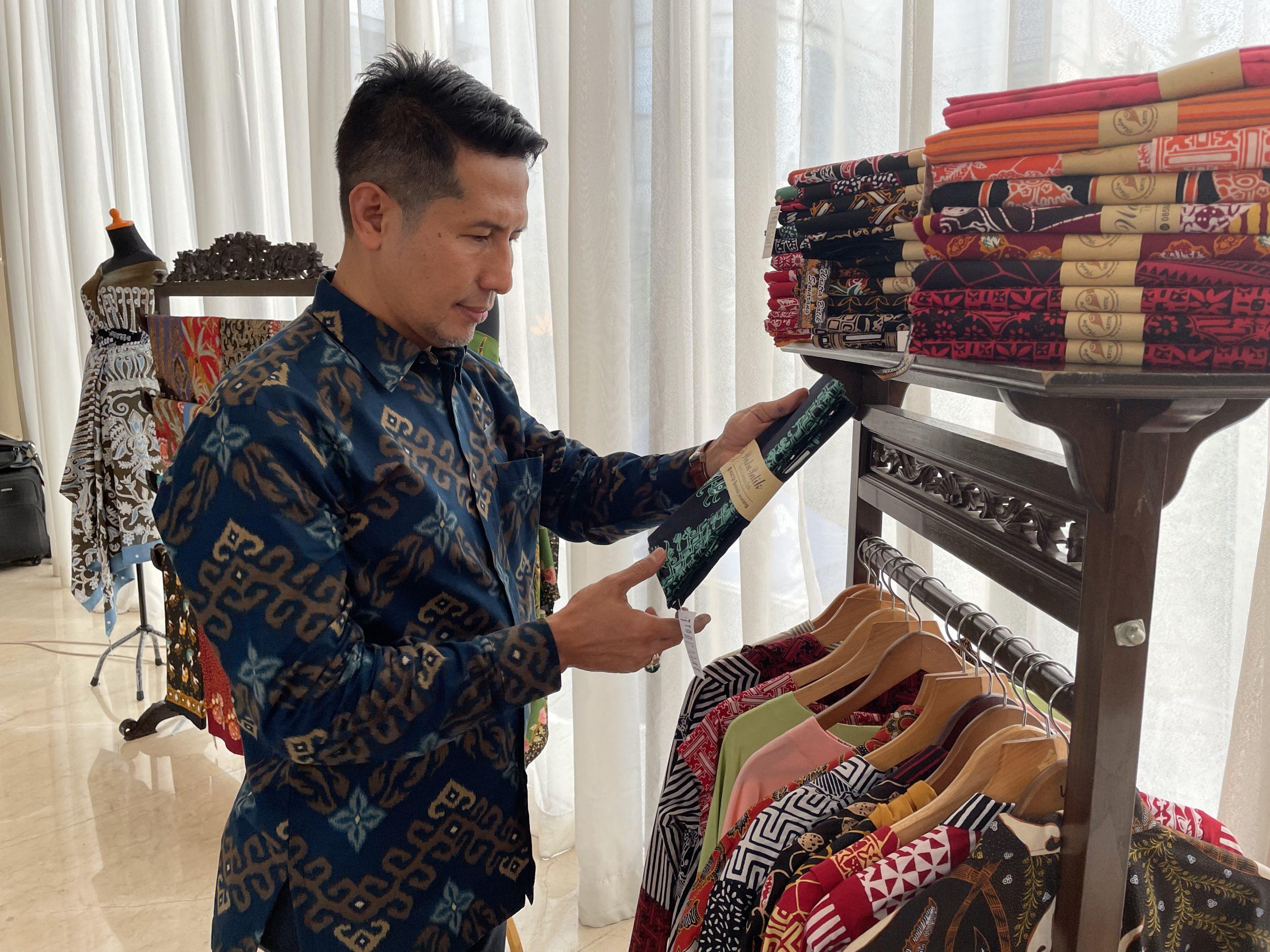 Hotel GranDhika Pemuda Semarang Berkolaborasi dengan UMKM Kota Semarang Membuat Batik Corner